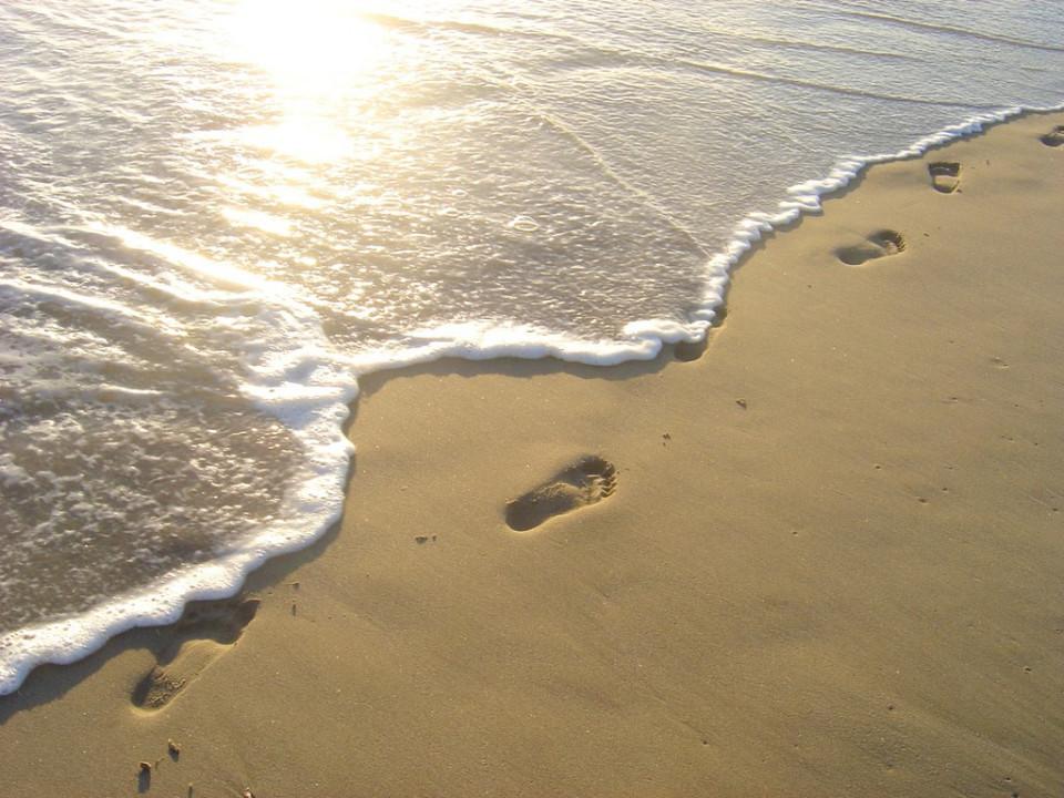 footprints-man-beach-morning